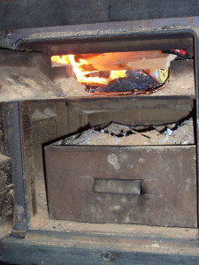 Glut und Aschefach eines alten Holzofens