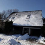 Großes Einfamilienhaus im Winter